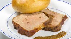 Leberkäse ist ein Grundnahrungsmittel in Bayern. Allerdings ein recht gehaltvolles. Der Bayern 1-Sternekoch Alexander Herrmann zeigt Ihnen heute, wie Sie Leberkäse selbst machen können - mit weniger Fett und vollem Geschmack!