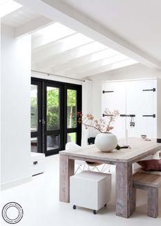 Uitbouw met -naar het lijk- glas tussen de balken zodat er veel licht binnenkomt. Loopt door naar een overkapping buiten.