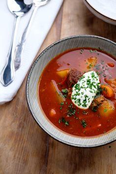 Gullashsuppe - opskrift på krydret ungarsk gullasch   Rigeligtsmør.dk Ethnic Recipes, Soups, Drinks, Ash, Red Peppers, Dinner, Food Food, Recipies, Chowders