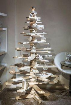 stilvoller und ökologisch produzierter Weihnachtsbaum aus Holzbrettern