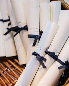 紙1枚とリボン1本だけで簡単DIYできる♡先輩花嫁さんの『くるくる席次表』デザイン15選* | marry[マリー]