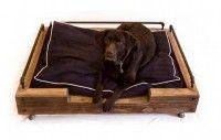 Sloophout mand voor honden.