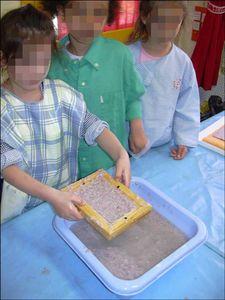 Fabrication papier recyclé. http://education.francetv.fr/videos/fabriquer-du-papier-recycle-v103703