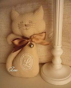 Este es el gato del famoso escultor-pintor Romero Britto                     ... Softies, Plushies, Felt Cat, Chiffon, Cat Toys, Cats And Kittens, Creations, Reusable Tote Bags, Kitty