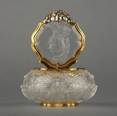 Gold Snuff box @ Wallace collection Unknown Artist / Maker Dresden, Germany Rock crystal, gold and diamonds, carved. I need this perfume bottle! Antique Perfume Bottles, Vintage Bottles, Bottles And Jars, Glass Bottles, Perfumes Vintage, Bottle Box, Beautiful Perfume, Antique Glass, Antique Gold