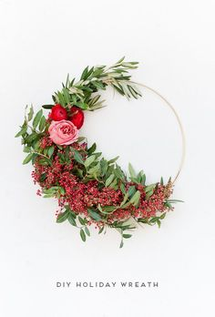 How to make asymmetrical holiday wreaths (click through for the tutorial). How to make asymmetrical holiday wreaths (click through for the tutorial). Holiday Wreaths, Holiday Crafts, Christmas Decorations, Fresh Christmas Wreaths, Holiday Decorating, Holiday Ideas, Decorating Ideas, Deco Floral, Arte Floral