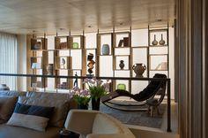 A library integrated into the living room. #interior #design #style #details #light #modern #decor #mostrablack #casadevalentina