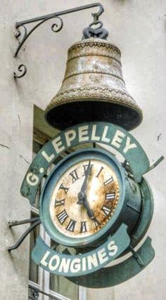 Clockmaker Shop. Enseigne d'horloger Adresse : 14, rue de Paris, Charenton-le-Pont, France Datation XIXe siècle L'enseigne d'horloger, qui aujourd'hui surplombe un magasin de prêt à porter, figure déjà sur les cartes postales de la fin du siècle dernier.
