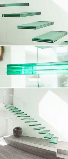 Escalier droit avec marches en verre flottantes dans les airs et balustrade transparente à peine visible