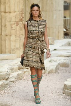 The complete Chanel Resort 2018 fashion show now on Vogue Runway. Couture Mode, Style Couture, Couture Fashion, Runway Fashion, Chanel Resort, Chanel Cruise, Chanel Couture, Greek Fashion, High Fashion