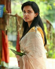 Honey Rose Varghese is an Indian film actress, who predominantly acts in Malayalam films. She has also appeared in a few Tamil and Telugu films. Beautiful Girl Image, Gorgeous Women, Beautiful Saree, Beautiful Outfits, Honey Rose, Kerala Saree, Thing 1, Indian Film Actress, Indian Beauty Saree
