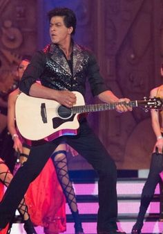 Shah Rukh Khan enthralled the audience, performing despite a shoulder injury which he suffered on the sets of his upcoming film Chennai Express.