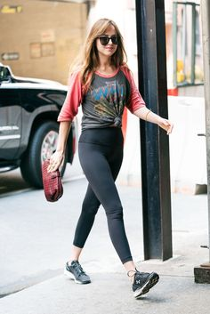 Dakota Johnson was seen in New York City on the July 2018 wearing these Lululemon Wunder Under Hi-Rise Yoga Pants. Buy more Dakota Johnson stuff here. Star Fashion, Daily Fashion, Fashion Outfits, Dakota Johnson Street Style, Dakota Style, Piercing, Dakota Mayi Johnson, Athleisure Outfits, Sporty Outfits