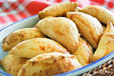 Foodaki (in English): small feta cheese pies. I think I'd like spinach on my pies too Greek Cooking, Cooking Time, Cooking Recipes, Greek Appetizers, Pizza, Think Food, Baking And Pastry, Mediterranean Recipes, Greek Recipes