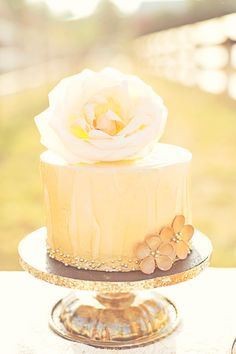 Precioso y delicado pastel dorado