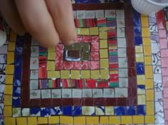 I always thought that crafts with CDs are gross. But this mosaic is beautiful! (brazilian portuguese tutorial)