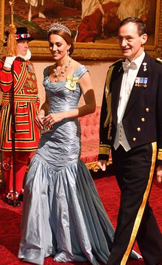 Kate Middleton, the Duchess of Cambridge, stepped out in an Alexander McQueen gown for the Dutch state banquet, which she wore with the Cambridge Lover's Knot tiara. Kate Middleton Outfits, Vestido Kate Middleton, Kate Middleton Stil, Princesa Kate Middleton, Kate Fashion, Beauty And Fashion, Fashion Mode, Royal Fashion, Fashion Looks