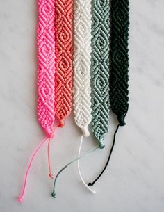 Reverse of the regular friendship bracelet pattern, but in one color only. monochrome-friendship-bracelets-600-4