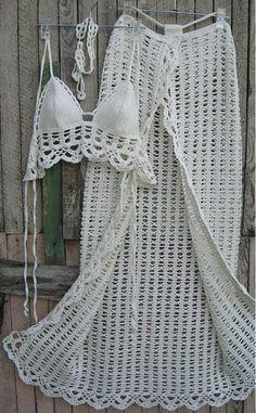 Conjunto biquini e saia saída de praia de crochê Confeccionado em linha de algodão Conjunto confeccionadao sob medida e na cor que você quiser. 30 dias para a produção referência de tamanhos: P - M - G - GG Sutiã com Bojo : do 38 ao 48 Calcinho com forro.