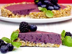 Diese No-Bake-Beeren-Tarte besteht aus frischen Beeren und einem leckeren Boden aus Datteln, Mandeln und Kokosraspeln.
