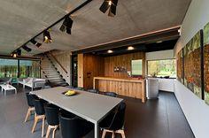 Diseño de Interiores & Arquitectura: Casa con Moderno Espíritu Libre Diseñada por Archispektras Studija