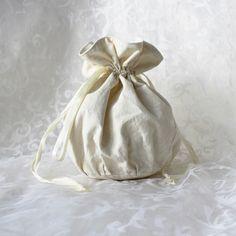 Beige with white floral pattern pompadour purse evening handbag wristlet drawstring reticule by AlicesLittleRabbit on Etsy Pompadour, White Cotton, Drawstring Backpack, Plush, Delicate, Beige, Purses, Wallet, Floral