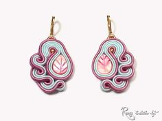 Frozen Pink Earring Vintage Soutache Small par RenaSoutacheArt Plus Pink Earrings, Clay Earrings, Polymer Clay Jewelry, Beaded Earrings, Beaded Jewelry, Handmade Jewelry, Handmade Felt, Bead Embroidery Jewelry, Beaded Embroidery