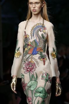 The complete Gucci Spring 2016 Ready-to-Wear fashion show now on Vogue Runway. Moda Fashion, High Fashion, Fashion Show, Womens Fashion, Fashion Art, Couture Fashion, Runway Fashion, Spring Fashion, Fashion Trends