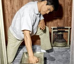 Bruce lee hand conditioning/Training to train the fist Rare Pictures, Rare Photos, Artiste Martial, Bruce Lee Training, Bruce Lee Pictures, Bruce Lee Family, Anime Echii, Bruce Lee Quotes, Hong Kong