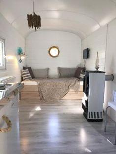 zirkuswagen mit 24qm terrasse im garten tiny house on. Black Bedroom Furniture Sets. Home Design Ideas