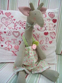 Augustine,girafe Tilda - En Gris et Rose bonbon Fabric Animals, Sock Animals, Zoo Toys, Sewing Crafts, Sewing Projects, Handmade Stuffed Animals, Giraffe Pattern, Crazy Patchwork, Waldorf Dolls