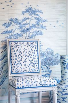 Mark Sikes designed this gorgeous vignette for Hollyhock. Chinoiserie elements: the blue and white color scheme, the wallpaper, the long neck jar. Mark Sikes, Chinoiserie Chic, Elements Of Style, Blue Rooms, Trendy Bedroom, White Houses, White Decor, Shades Of Blue, Bathroom Wallpaper