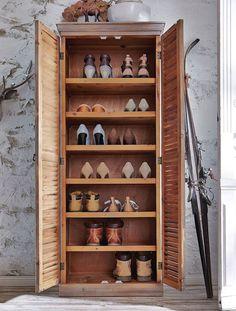 In Reih' und Glied! Was sammelt sich nicht alles im familieneigenen Flur für Schuhwerk an? Wanderschuhe, Gummistiefel, Laufschuhe, Schuhe für die Abendgarderobe und und und. Mit einem geräumigen Schuhschrank ist das Schuh-Kaos kein Thema mehr.  Den Schuhschrank aus Tannenholz mit Lamellentüren bekommen Sie online bei Faibles. (Foto: Faibles)