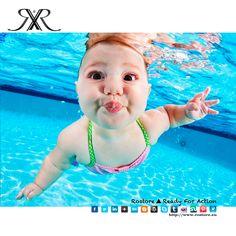 """Bem porque a ideia de tirar fotografias de bebês de baixo da água foi recriada pelo premiado fotógrafo Seth Casteel. O projecto ganhou o nome de """"Little Nemos"""" e essas fotografias têm mais do que uma lição de mergulho habitual. Essas fotos estão mostrando uma técnica de auto-salvamento que os bebês podem aprender a fim de se salvarem de um afogamento, pois assim que.. https://www.facebook.com/rostore.shop/posts/720309431357365 Roupa de bebê disponível na Rostore…"""