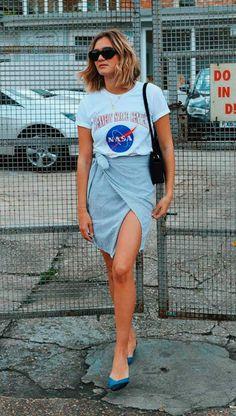 Street style look com camiseta e saia.