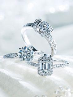 普遍的なデザインで愛し合うふたりの羨望を集めるプレミアジュエラー 1837年にニューヨークで誕生した『ティファニー』。1886年に発表された「ティファニー セッティング」は、ジュエラーとしての地位を世に知らしめるものでした。ダイヤモンドを地金に埋め込んだものが一般的だった時代に、6本の爪で持ち上げたセッティングはまさに画期的。今やエンゲージメントリングのスタンダードとして世界中で愛され続けており、『ティファニー』の充実したブライダルコレクションはカップルたちの憧れの的となっています。
