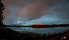 """Foto de un arcoíris provocado por el """"Sol de medianoche"""" en Målsnes, Noruega. En esta época del año en el Círculo Polar Ártico el Sol es visible las 24 horas del día.  14 de julio de 2012"""