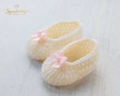 Crochet Baby Slippers + Free Pattern, crochet baby shoes, crochet shoes for girls, how to crochet baby shoes, crochet baby boots, crochet booties, things to crochet for a baby, newborn crochet gifts, baby shoes with bows, cream shoes, pink bow, purple bow