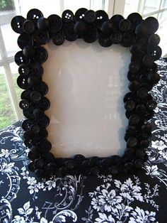 Button picture frame