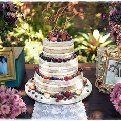 A verdade é que nenhum bolo de casamento exige um topo de bolo, porém os bolos de casamento no campo costumam ser mais rústicos e dispensarem tradicionais topos de bolo. Decorar o bolo com frutas e flores tem sido a principal opção das noivas nos últimos anos, mas sinta-se livre para usar passarinhos, letras, palavras ou algo que combine com vocês como casal. ➡️ Quer mais dicas de bolos para casamento no campo? Acesse hoje o blog: berriesandlove.com (link no perfil!) {bolo lindo…