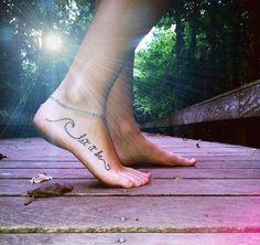 Tattoo am Fuß - kalligrafische Schriftart mit Wellen Detail