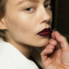 Maquiadora Pat McGrath lança novo produto de maquiagem no desfile da Atelier Versace. Pigmento azul ou glitter vermelho para os lábios? Qual é a sua ap...