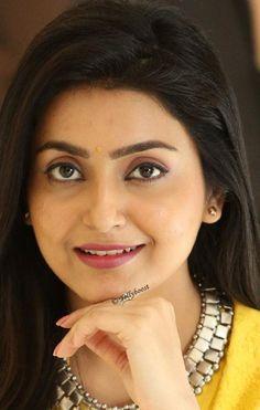 Indian Tv Actress, Beautiful Indian Actress, Beautiful Actresses, Red Lehenga, Lehenga Choli, Girl Actors, Oily Face, Yellow Saree, Green Saree
