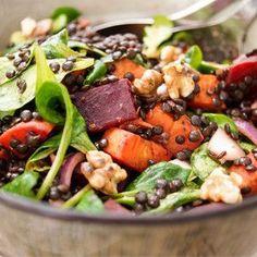 Dieser Linsensalat mit gerösteter Süßkartoffel und Rote Bete ist ein perfekter Wintersalat. Er ist voller saisonaler Zutaten, die nicht nur bunt sondern auch reichhaltig und voller wichtiger Nährst…