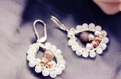 Wunderschöne Mondstein-Chalcedon Ohrringe in Wire Art Technik. Der Ohrring wurde auf beiden Seiten gleichermaßen gestaltet, so dass es keine Rück oder
