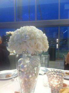白の装花もオーナメントと統一でリッチな雰囲気に : 実例写真で解説!結婚式・披露宴の装花を節約する20の方法。 - NAVER まとめ