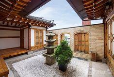 북촌 골목을 거닐다 보면 유난히 독특한 모습의 한옥을 볼 수 있다. 마치 성벽을 쌓아 올린 듯한 이곳은 프라이빗 한옥 갤러리, 이음 더 플레이스. 전통의 품격과 현재의 아름다움, 미래의 가치를 잇는다는 의미를 품고 있다. 1908년 도시형 한옥으로 지어 1백 년 만에 리모델링하고 갤러리로 진화했다. Natural Modern Interior, Indoor Zen Garden, Architecture Old, Japanese House, Home Deco, Home Interior Design, Contemporary Design, Pergola, Beautiful Pictures