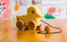 LE CANARD JAUNE - ATELIER CHEVAL DE BOIS Ce petit canard avec roulettes est le compagnon idéal des enfants qui commencent à marcher. Lorsqu'on le promène, il se dandine sur lui-même au grand bonheur des plus petits. 100% naturel et québécois, il s'agit d'une magnifique idée-cadeau pour les enfants de votre entourage <3  https://www.pomango.ca/produits-quebecois/atelier-cheval-de-bois/canard-en-bois-jouet-pour-enfants/