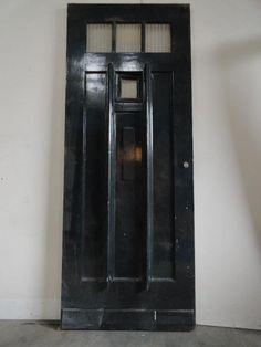 Jaren 30 voordeur met raampje dat open kan