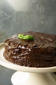 Tämä suklaakakku ei varsinaisesti ole karppaajan valinta, sillä olen käyttänyt leivonnassa kookos sokeria. Ajattelen kuitenkin, että kakku on pienempi paha kuin valkoisista vehnäjauhoista leivottu perinteinen täytekakku. Kakku on mahdollista tehdä myös ihan karpisti, kun kookosokeri vaihdetaan makeutusaineeseen. Kuitenkin kannattaa huomioida, että leivonnassa helposti tulee runsaasti hiilihydraatteja, joten herkuttelu kannattaa karpatessakin jättää juhlapäiviin! Tarvikkeet Pohja 5 …